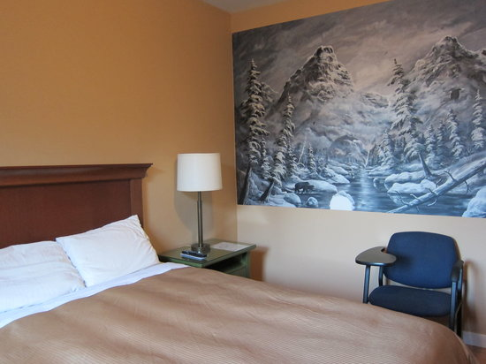 Hotel Squamish: Standard Queen Room -  Fillied with local Squamish art.