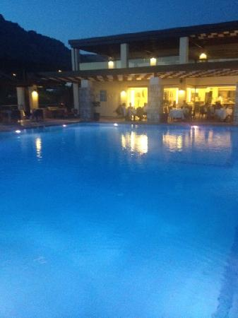 Island Blue Hotel: pool at dinner