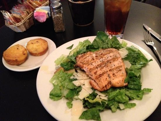 Meridian, Μισισιπής: Lunch salmon Caesar salad