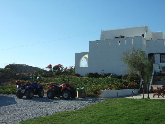 Naxos Kalimera Hotel: Our room was on the end on the ground floor(archway in photo) and had brilliant views of Plaka