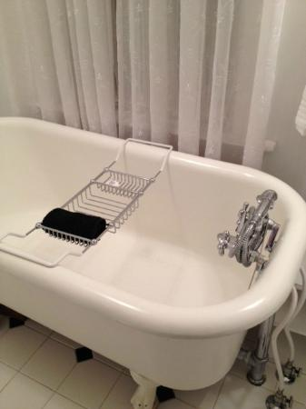 McFarland Inn Bed and Breakfast: Clawfoot tub in Huckleberry