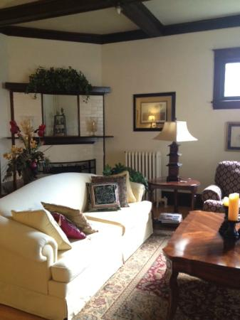 McFarland Inn Bed and Breakfast: Front sitting area