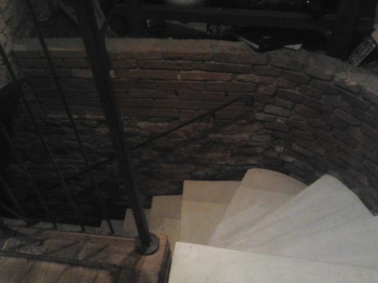 Pasticceria Ferretti: Le scale per la cantina