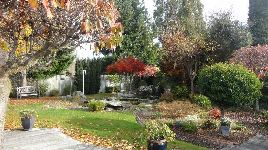 Riversong Bed & Breakfast: The back garden from upstairs