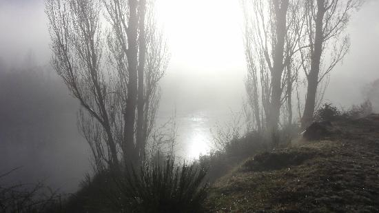 Riversong Bed & Breakfast: Early morning mist over Clutha River from suite