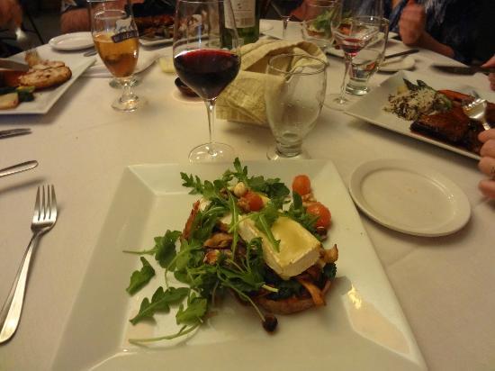 Restaurant L'etrier: Le Plat Végé : Tartinade de noix,  aux champignons