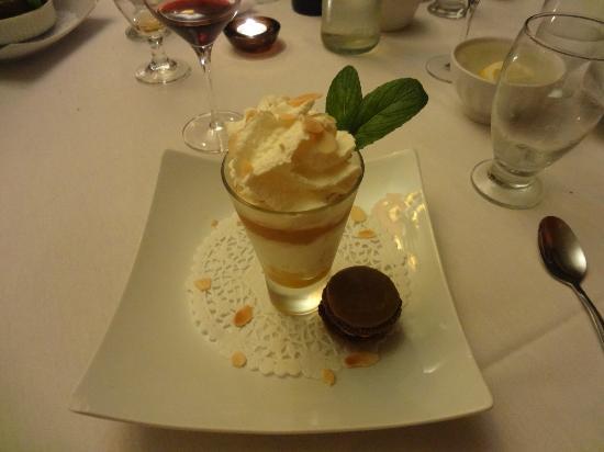 Restaurant L'etrier: Mousse aux poires et macaron maison au caramel fleur de sel