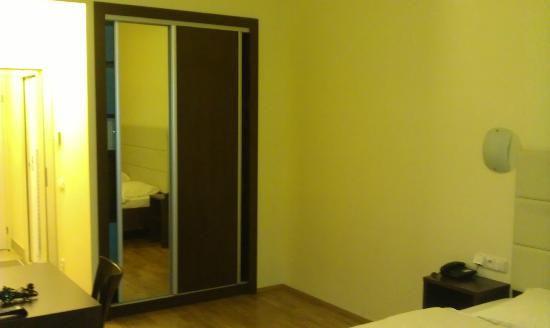 Hotel Trevi: armario de la habitacion con caja fuerte gratuita