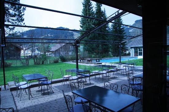 Hotel Alpine Lodge Gstaad - Saanen: Vista piscina