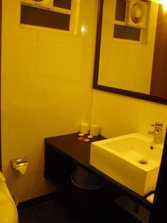 Meraden La Oasis: The bathroom