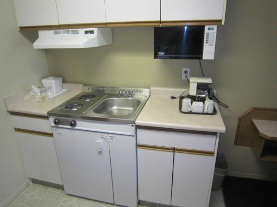 Riverland Inn & Suites: efficiency kitchen