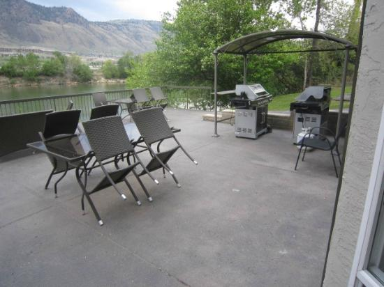Riverland Inn & Suites: guest bbq area