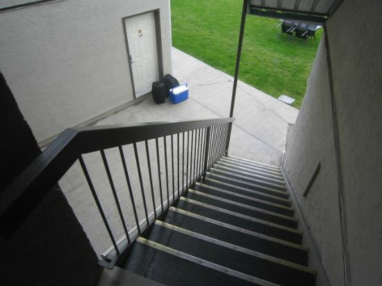 Riverland Inn & Suites: stair access to ground level view units