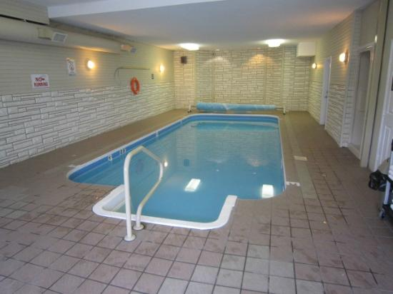 Riverland Inn & Suites: pool