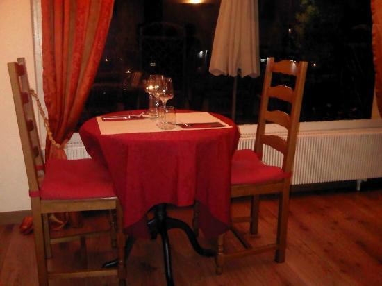 Le Cafe du Village: Interior (Table)