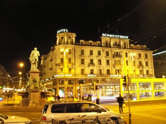 هوتل شويزرهوف زيوريخ: View of the hotel from Zurich Main Station