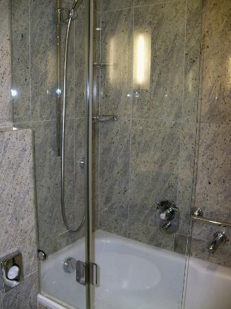 Hotel Schweizerhof Zurich: Shower!