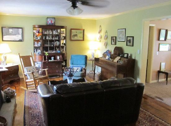 Banner Haven B&B and Cabin Rentals: Main Sitting Room at B&B