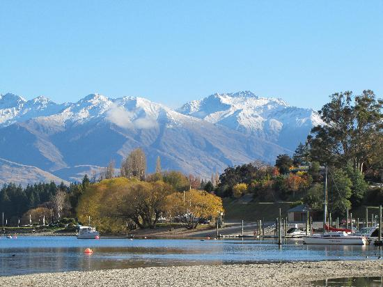 Wanaka Top 10 Holiday Park: Wanaka town foreshore