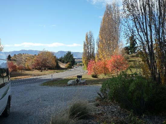 Wanaka Top 10 Holiday Park: Road into Wanaka