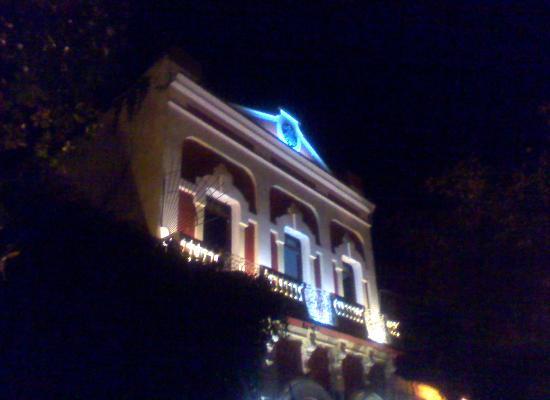 Hotel Machado: Fachada en la noche