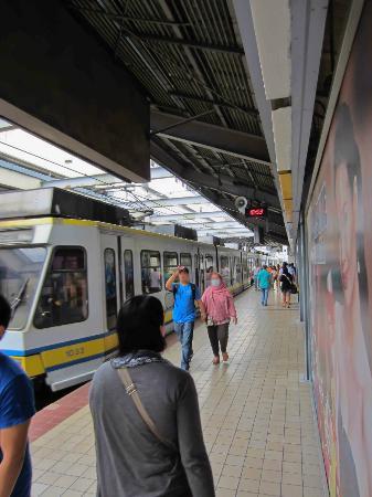 At the LRT platform - マニラ、...
