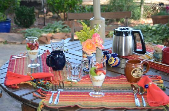 Adobe Hacienda Bed & Breakfast: Breakfast on back patio