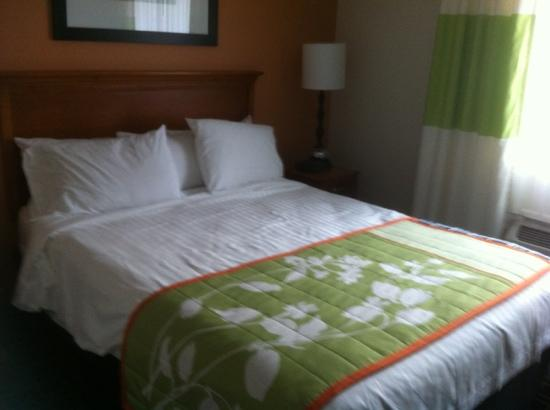 The Lodge at Five Oaks: lovely bed (we wrinkled the covers)