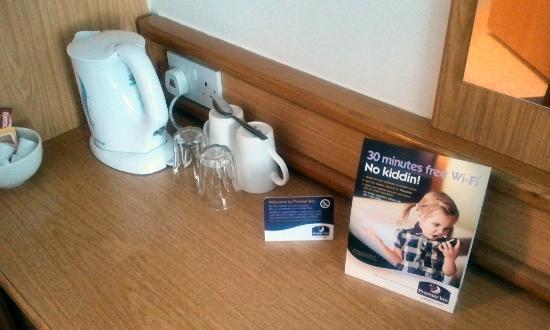 Premier Inn Wrexham North (A483) Hotel: Tea making facility