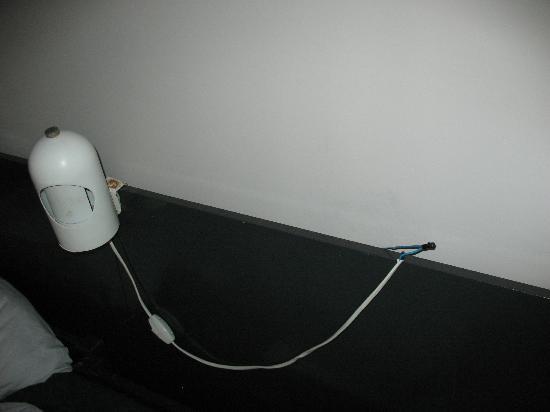هوتل فيلا دالمتشيا: abat-jour con fili elettrici mezzi scoperti e arrugginita 