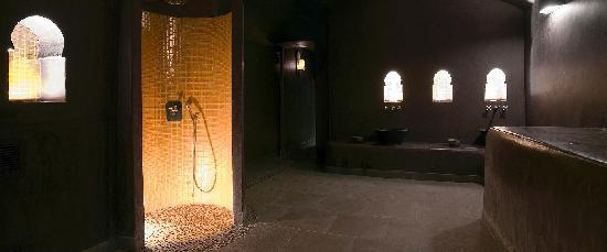 Hammam Le Bain d'Epices: Salle d eau principale et douche doree - Copyrights Le bain d'epices