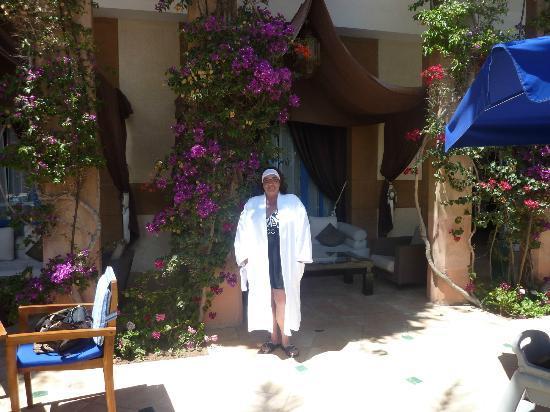 Le Medina Essaouira Hotel Thalassa Sea & Spa - MGallery by Sofitel-: Around the pool, nice flowers