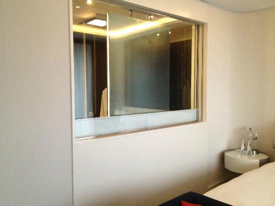 Le Méridien Istanbul Etiler: Fenster zum Bad mit hochfahrbarem Sichtschutz
