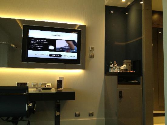 Le Méridien Istanbul Etiler: Sicht auf den Flatscreen und die Minibar