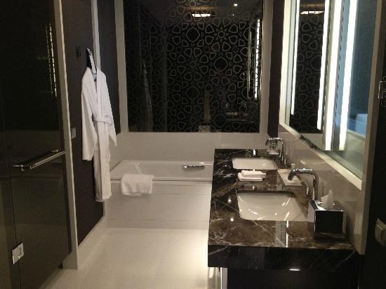 Le Méridien Istanbul Etiler: Sicht ins Badezimmer