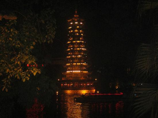 Guilin Homeland Riverview Hotel: Pagoda at night