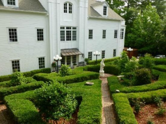 Fairview Inn : Back of the house view of garden