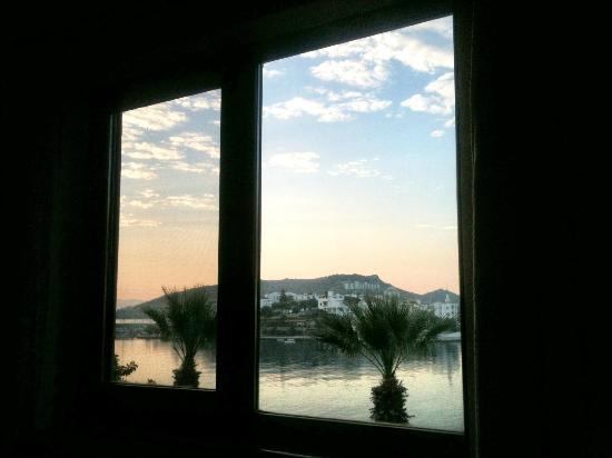 Fora Apart Hotel: Sunrise from the bed!