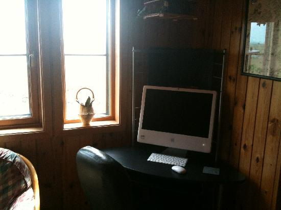 Westrow Lodge B & B: Large Apple computer with WiFi access in Guest lounge