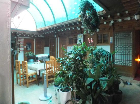 Inn daewon : 中庭、昼間は天窓(?)で明るい