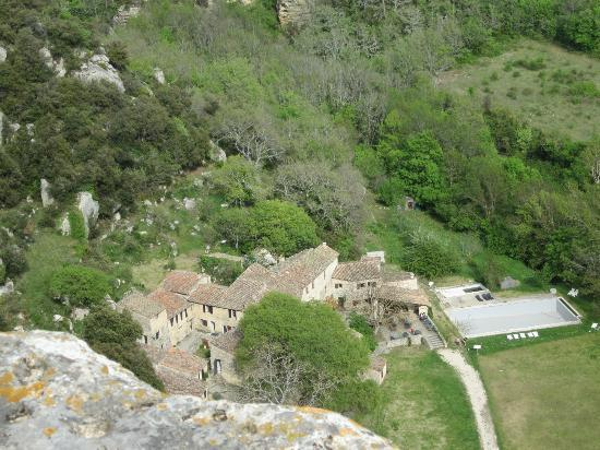 Auberge des Seguins: The hotel from the cliff