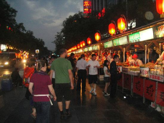 Days Inn Forbidden City Beijing: Street vendors (north end of Wanghujing)