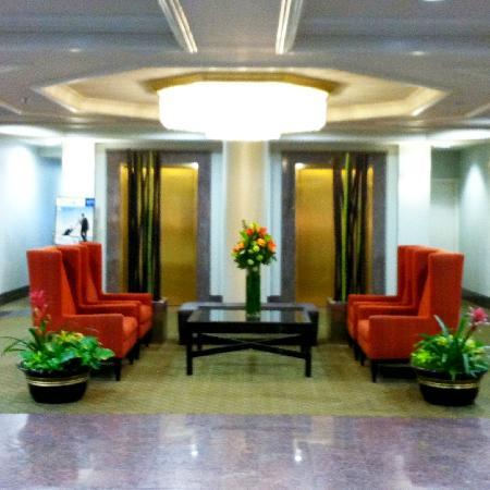 Coast Gateway Hotel: Contemporary Lobby Decor