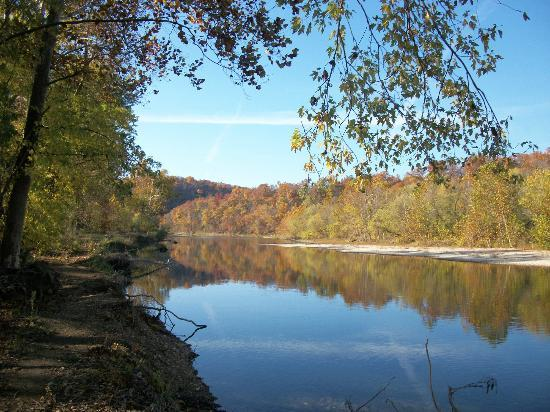Shoals Riverview Motel: james river at the campground