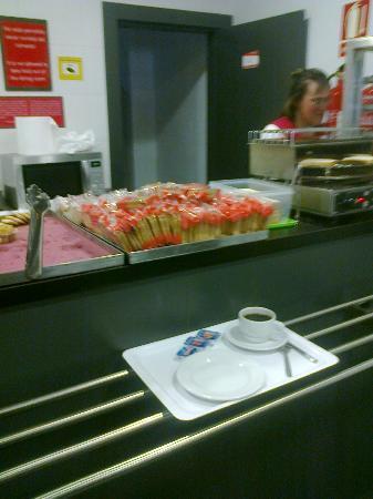 Albergue Juvenil Madrid: Sistema de cafetería (pan tostado, café, cereal, leche, etc.)