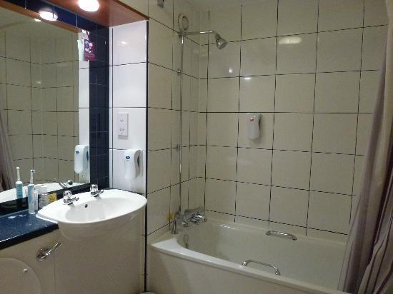 Premier Inn Manchester (Wilmslow) Hotel: Our ensuite bathroom