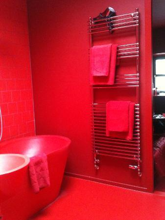 Badhu: Red room - bathroom