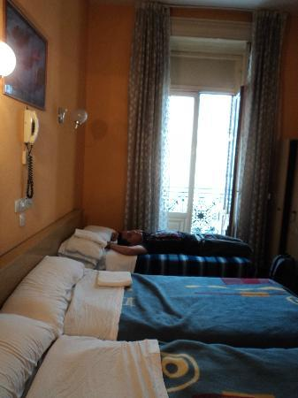 Hostal Almanzor: Triple room with balcony