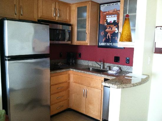 Residence Inn Long Beach Downtown: Kitchenette