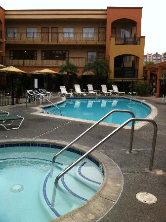 Country Inn and Suites - John Wayne Airport: Piscina y jacuzzi